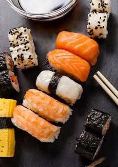 Bandeja de ardósia de sushi sortido