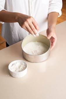 Bandeja de bolo com farinha manual