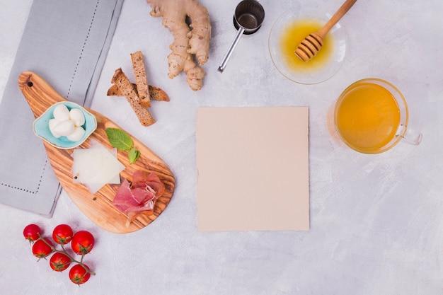Bandeja de café da manhã com cartão em branco