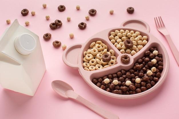 Bandeja de cereal de close-up no café da manhã