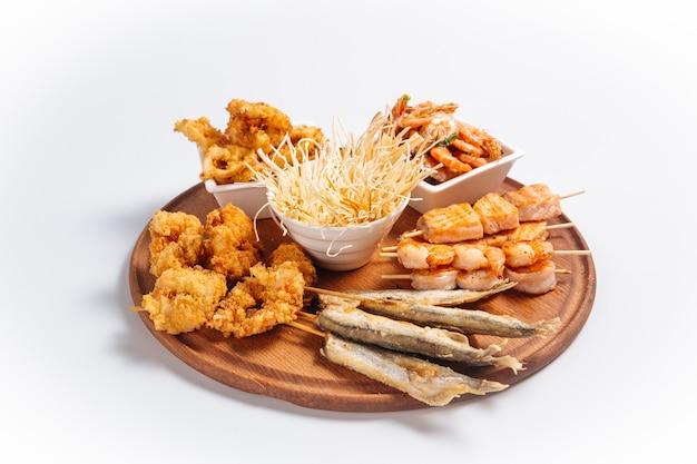 Bandeja de cerveja frita isolada com peixes e camarões