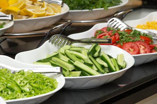 Bandeja de comidas variadas para buffet de saladas