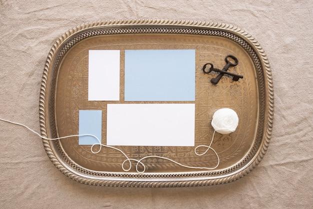 Bandeja de composição com papéis e linha