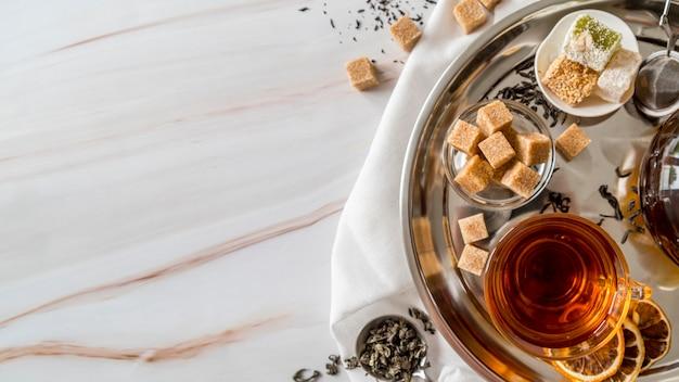 Bandeja de cópia-espaço com chá