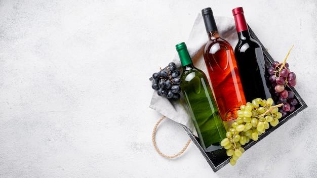 Bandeja de cópia-espaço com garrafas de vinho