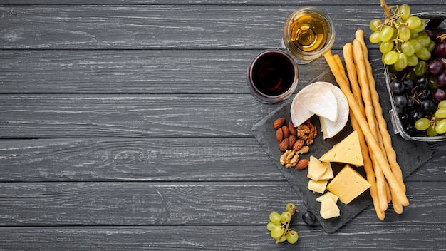 Bandeja de cópia-espaço com queijo e uvas