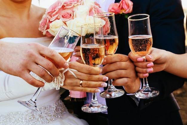 Bandeja de copos coloridos com champanhe