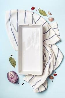 Bandeja de cozimento vazia e conjunto de especiarias. conceito de cozinha