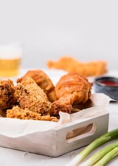 Bandeja de frango frito com cebola verde
