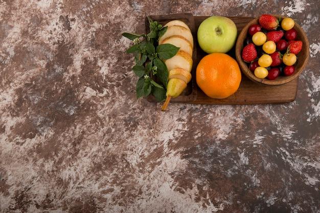 Bandeja de frutas com hortelã no mármore