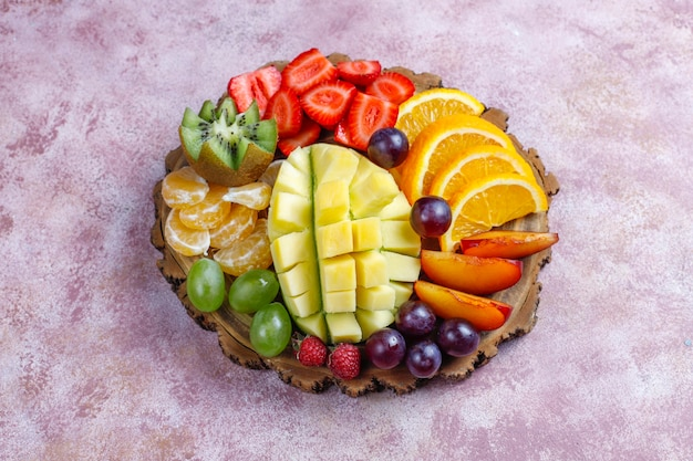 Bandeja de frutas e bagas, cozinha vegana.