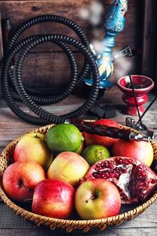Bandeja de frutas e narguilé