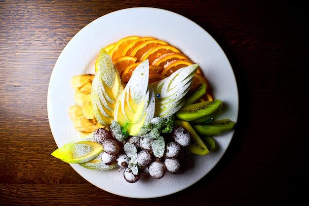 Bandeja de frutas em um prato branco grande