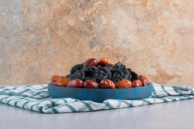 Bandeja de frutas secas isolada no fundo de concreto.