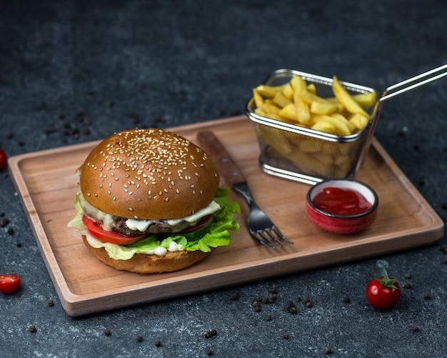 Bandeja de jantar com menu de hambúrguer e batatas.