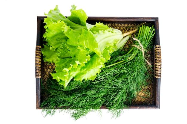 Bandeja de madeira com bio legumes frescos. foto