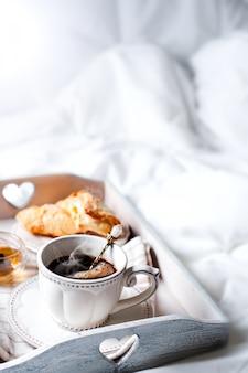 Bandeja de madeira com café da manhã leve na cama