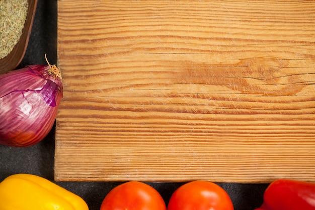 Bandeja de madeira com fundo de ingredientes