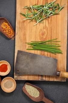 Bandeja de madeira com ingredientes