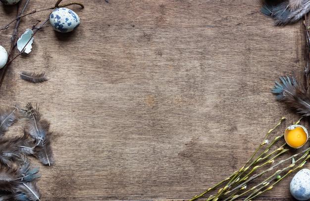 Bandeja de madeira velha com ovos de codorna, galhos de salgueiro e penas