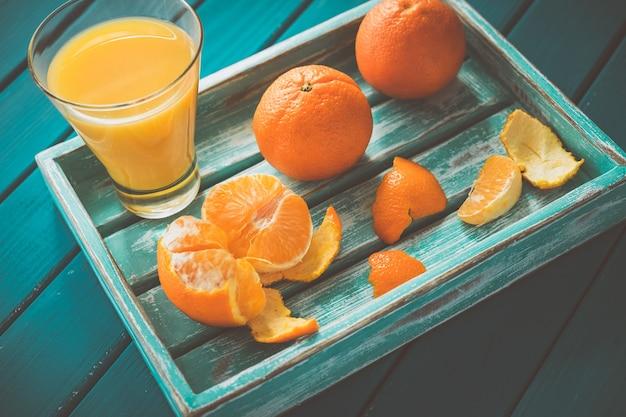 Bandeja de madeira vintage com tangerinas e suco