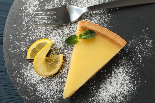 Bandeja de mármore com torta de limão na vista de madeira, superior