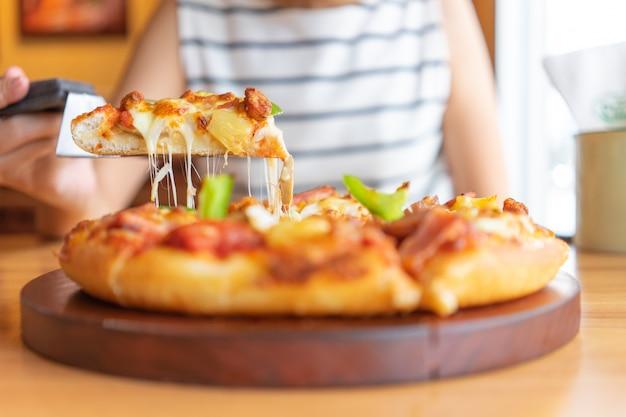 Bandeja de mergulho de pizza quente de coberturas de pizza incluem presunto, carne de porco, páprica e legumes