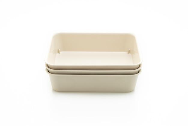 Bandeja de plástico ou caixa de plástico isolada no fundo branco