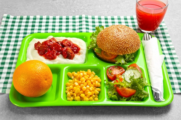 Bandeja de servir com comida deliciosa na mesa. conceito de merenda escolar