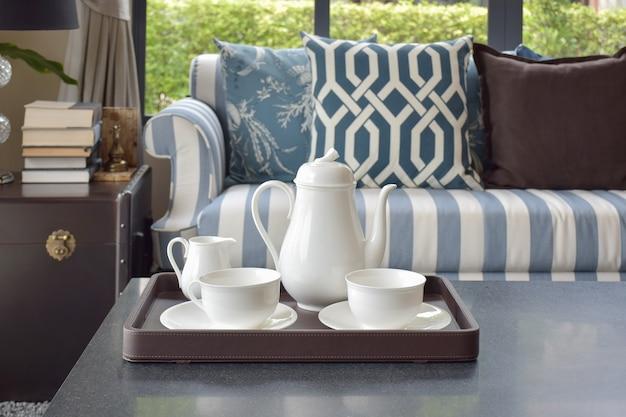 Bandeja de xícara de chá na mesa de madeira na luxuosa sala de estar em casa