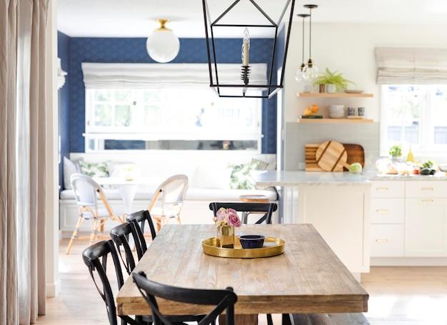 Bandeja dourada de cozinha em uma mesa de jantar de madeira
