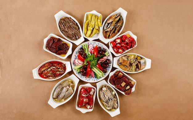 Bandeja grega autêntica do labirinto nas bacias brancas na opinião superior do fundo de madeira. fotografia de prato mediterrâneo para menu de entrega on-line ou conceito de opções de comida de festa.