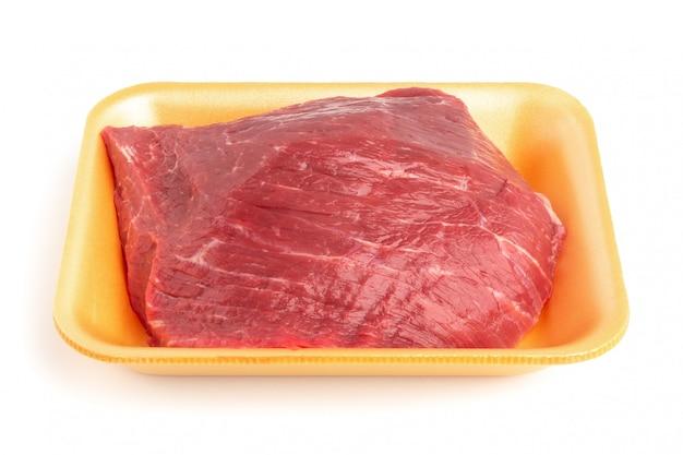 Bandeja plástica com carne crua
