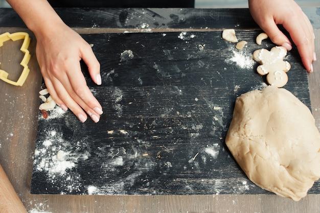 Bandeja preta com farinha e massa,