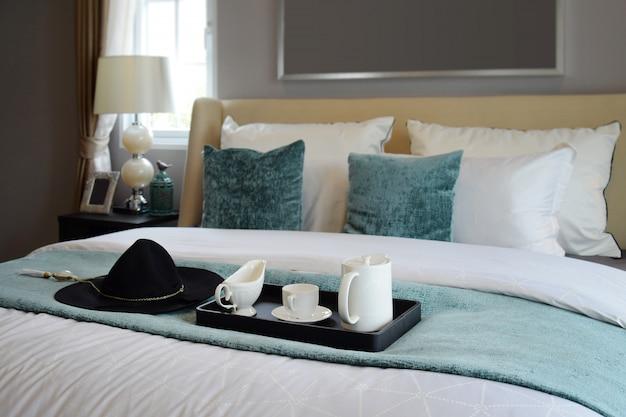 Bandeja preta de conjunto de chá no quarto de estilo clássico em casa