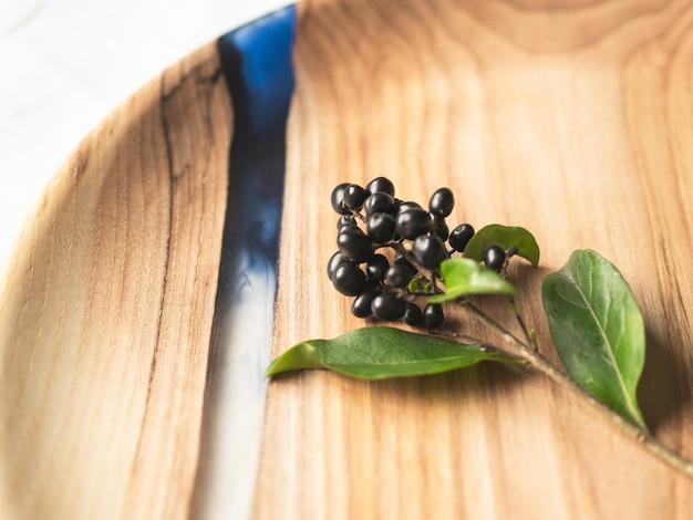 Bandeja redonda de madeira com frutas