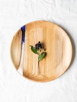 Bandeja redonda de madeira com inserção de resina azul