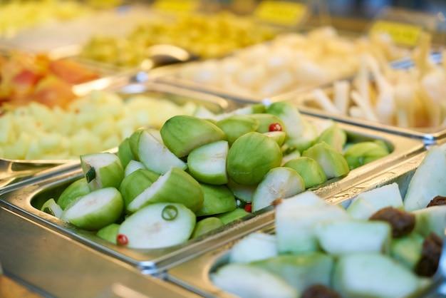 Bandejas com legumes cortadas em pedaços