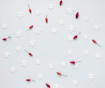 Bando de bagas vermelhas e flocos de neve falsos