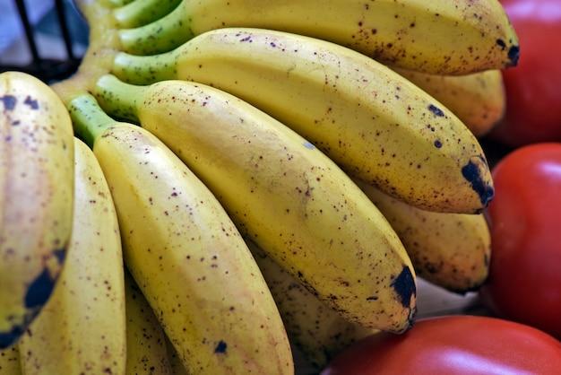 Bando de banana na cesta de frutas com babado branco