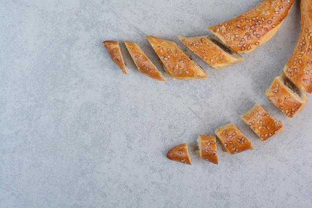 Bando de biscoitos caseiros em fundo cinza