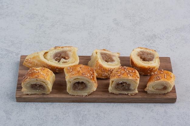 Bando de biscoitos doces no prato de madeira
