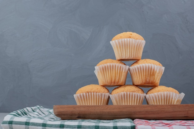 Bando de biscoitos macios na placa de madeira. foto de alta qualidade