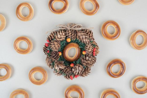 Bando de biscoitos redondos e guirlandas na superfície bege
