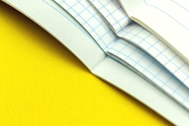 Bando de caderno escolar ou diário, o professor verifica a foto de plano de fundo do conceito de cadernos dos alunos