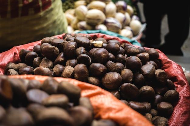 Bando de castanhas frescas em um mercado de agricultores vietnamitas