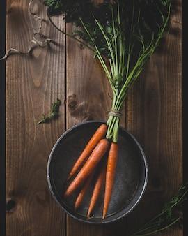 Bando de cenouras em uma panela