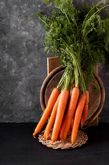 Bando de cenouras frescas em fundo preto.