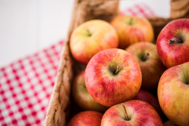 Bando de close-up ou maçãs orgânicas prontas para serem servidas