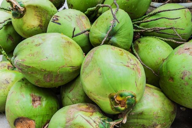 Bando de cocos verdes frescos